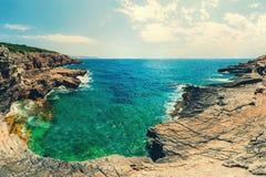科托尔湾看法和入口向亚得里亚海 herceg montenegro novi 一个狂放的海滩在黑山,在科托尔 图库摄影
