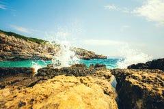 科托尔湾看法和入口向亚得里亚海 herceg montenegro novi 一个狂放的海滩在黑山,在科托尔 库存照片