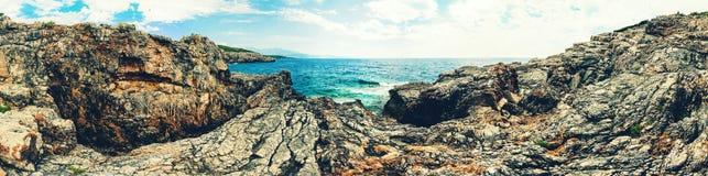 科托尔湾看法和入口向亚得里亚海 herceg montenegro novi 一个狂放的海滩在黑山,在科托尔 免版税库存图片