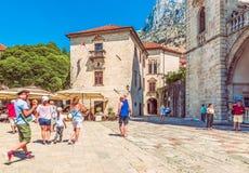 科托尔,黑山- 2017年8月24日:正方形的片段在宫殿的第14附近和16世纪和圣Nic教会  免版税库存照片