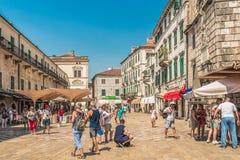 科托尔,黑山- 2017年8月24日:胳膊正方形的看法在老镇科托尔 科托尔是黑山的海岸的一个城市 库存照片