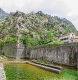 科托尔,黑山- 2014年8月03日:堡垒的墙壁的全景在科托尔附近,黑山镇的  库存照片