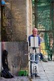 科托尔-黑山-第17 2016年7月 全长画象在老镇街道上的一位资深艺术家 库存图片