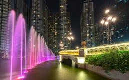 科技目前进步水平喷泉在与淡光五颜六色的光的晚上 库存照片