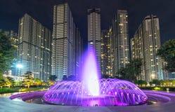 科技目前进步水平喷泉在与淡光五颜六色的光的晚上 库存图片