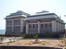 科摩林角、泰米尔纳德邦、印度- 10月Kamarajar Manimandapam 7, 2008白色和绿色圆屋顶形的大厦  免版税库存照片