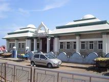 科摩林角、泰米尔纳德邦、印度- 10月Kamarajar Manimandapam 7, 2008白色和绿色圆屋顶形的大厦  免版税图库摄影