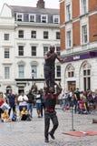 科文特花园市场、普遍的购物和旅游胜地,黑人马戏团演员展示在街道,伦敦,英国上的 图库摄影