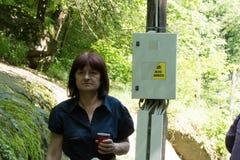 13/05/2018科斯泰内茨保加利亚 对瀑布的愉快的旅游步行 免版税图库摄影