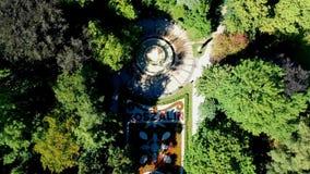 科沙林,波兰- 2018年7月25日-科沙林` s从花创造的城市冠空中英尺长度在公园 股票录像