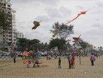 科泽科德,喀拉拉,印度-飞行五颜六色的风筝的2009 1月1日,孩子在科泽科德海滩 库存照片
