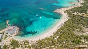 科洛尼亚省Sant霍尔迪,马略卡西班牙 惊人的迷人的Estanys海滩的寄生虫空中风景 免版税库存图片