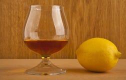 科涅克白兰地和柠檬 免版税库存照片