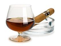 科涅克白兰地和雪茄在一个玻璃烟灰缸 免版税库存照片