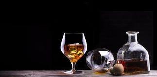 科涅克白兰地或白兰地酒在一张木桌上 免版税图库摄影