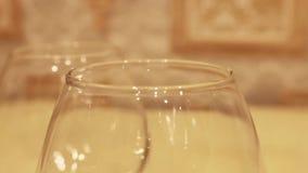 科涅克白兰地玻璃,逐个投入了桌 影视素材