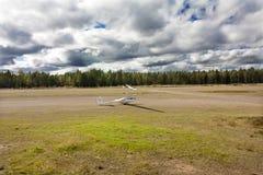 科特卡,芬兰- 2017年9月17日:光非动力化的飞机的机场 免版税库存图片