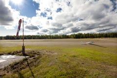 科特卡,芬兰- 2017年9月17日:光非动力化的飞机的机场 库存照片