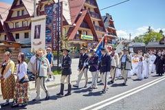 科珀斯克里斯蒂宗教队伍通过Bialka Tatrzanska大街  库存图片