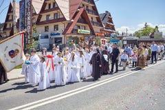 科珀斯克里斯蒂宗教队伍通过Bialka Tatrzanska大街  图库摄影