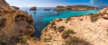 科米诺岛,马耳他-有绿松石明白海水、游艇和潜航的游人的美丽的蓝色盐水湖 免版税库存图片