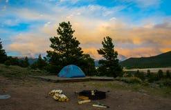 科罗拉多原野野营的帐篷日落阵营火 免版税库存照片