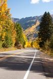 科罗拉多在秋天的山路 库存照片