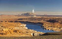 科罗拉多河和燃煤那瓦伙族人能源厂在页亚利桑那附近 库存图片