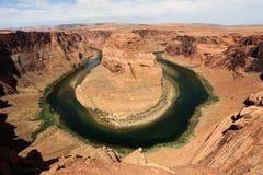 科罗拉多河在亚利桑那形成马掌弯 免版税库存照片