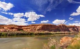 科罗拉多河岩石峡谷反射默阿布犹他 免版税库存照片
