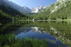 科罗拉多珠宝岩石湖的山 库存图片