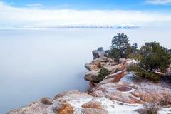 科罗拉多纪念碑国民 在雪的高原,在雾的峡谷 免版税库存照片