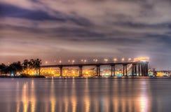 科罗纳多桥梁在晚上 免版税库存照片