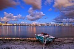科罗纳多海湾桥梁和海岸线小船的看法在日落的在圣地亚哥,加利福尼亚,美国 免版税图库摄影