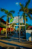 科苏梅尔,墨西哥- 2017年11月09日:享用市科苏梅尔的美好的室外观点的有些游人,围拢 免版税库存图片
