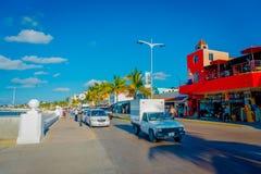 科苏梅尔,墨西哥- 2017年11月09日:享用市科苏梅尔,围拢的室外观点的有些游人汽车  库存图片