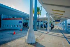 科苏梅尔,墨西哥- 2017年11月12日:进来从飞机的未认出的人民在科苏梅尔国际机场 库存图片