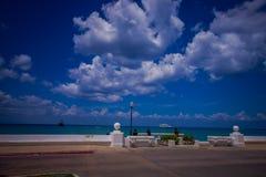 科苏梅尔,墨西哥- 2017年3月23日:Cozumen海岛,人们码头通常走动并且享受看法 免版税库存照片