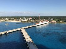 科苏梅尔,墨西哥- 11/27/17 -步行沿着向下船坞的游轮乘客返回到他们的游轮 免版税库存图片