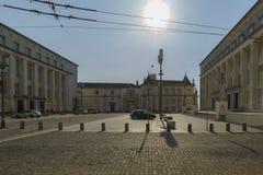 科英布拉,葡萄牙, 2018年8月13日:图书馆和科英布拉大学的信件才干的门面,在backgro 免版税库存照片