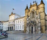 科英布拉,葡萄牙, 2018年8月13日:圣克鲁斯教会的门面修造了在12世纪和位于广场8 de 免版税图库摄影
