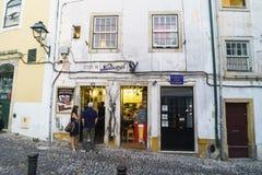 科英布拉,葡萄牙, 2018年8月13日:老门面在村庄的中心有一家典型和著名餐馆的地面flo的 库存图片