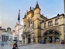 科英布拉,葡萄牙, 2018年8月13日:著名圣克鲁斯咖啡馆的门面在正方形的在Sant旁边教会叫5月8日和 库存照片