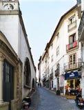 科英布拉,葡萄牙, 2018年8月13日:有一个强的倾斜的狭窄的鹅卵石胡同特点科英布拉在历史的中心位于 免版税图库摄影