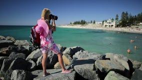 科茨洛海滩的妇女摄影师 股票录像