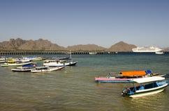 科莫多岛海岛码头和游轮 库存图片