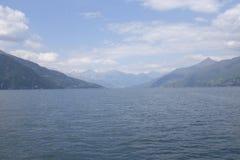 科莫湖全景在与阿尔卑斯的一多云天在背景中 免版税图库摄影