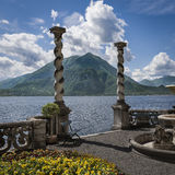 科莫湖和山 免版税库存图片