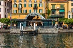 科莫湖的,意大利, 2016年6月15日贝拉焦 在贝拉焦市海岸线的看法科莫湖的,意大利 意大利风景城市与 库存图片