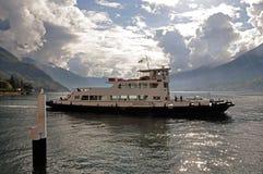 科莫湖看法在与小船的一多云天在前景在贝拉焦 免版税库存图片